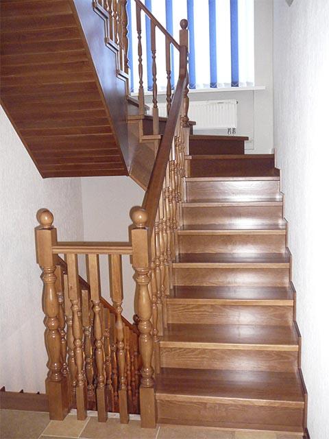 Дубовая лестница с поворотом