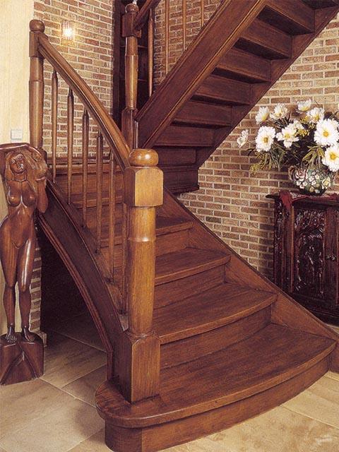 Дубовая лестница в доме на второй этаж