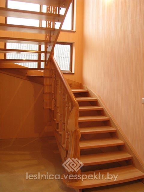 Комбинированная лестница с деревянными поручнями