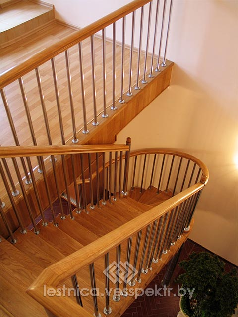 Комбинированная лестница с хромированными перилами