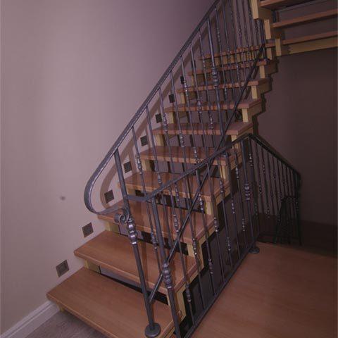 Комбинированная лестница дерево и кованные элементы