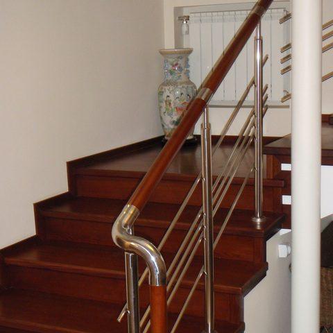 Комбинированные лестницы из металла и дерева фото