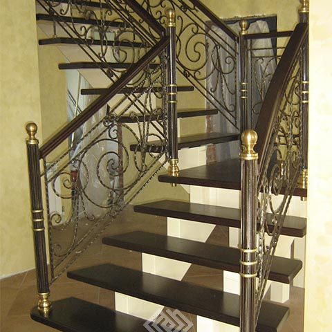 Комбинированные лестницы с металлическим ограждением