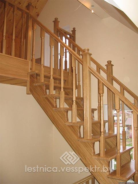 Лестница деревянная на косоуре