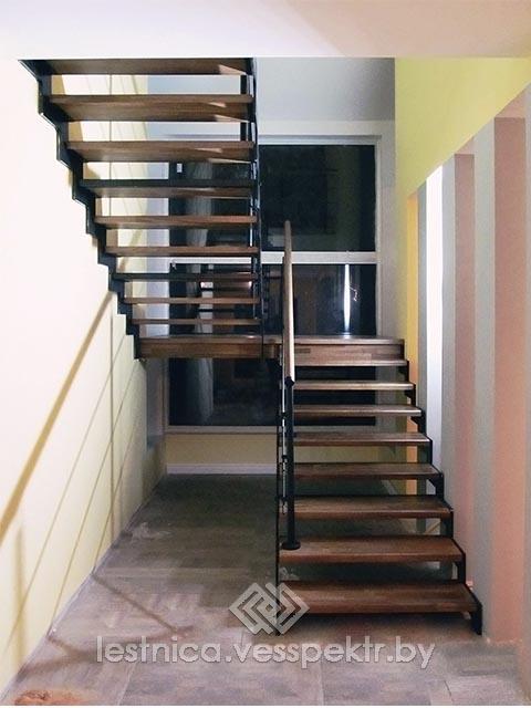 Лестница из сосны на косоуре с поворотом 90 градусов