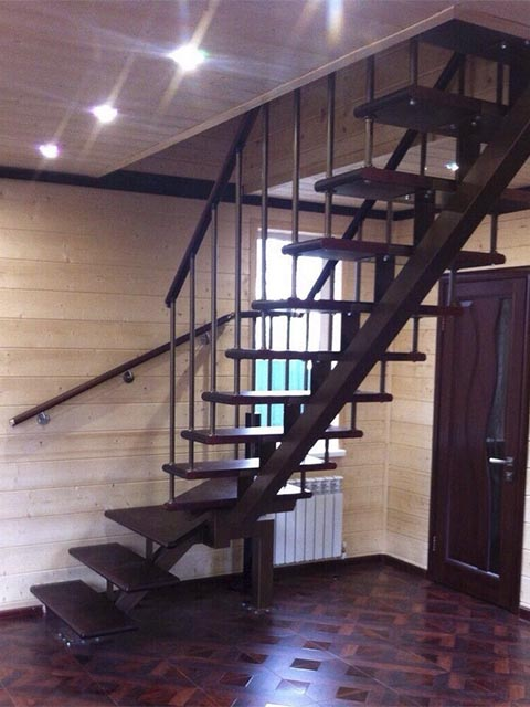 Лестница на косоурах с поворотом на 90 градусов