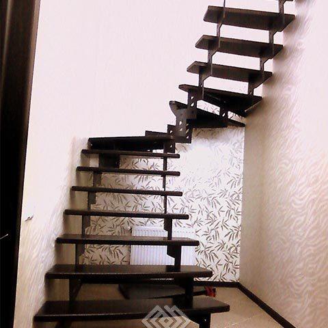 Лестница на косоуре из металла