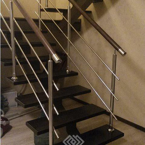 Лестница на монокосоуре с хромированными перилами