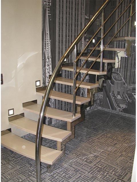Лестница с хромированными поручнями