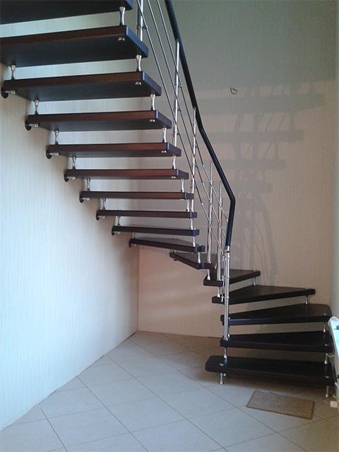 Лестница с поворотом из металла