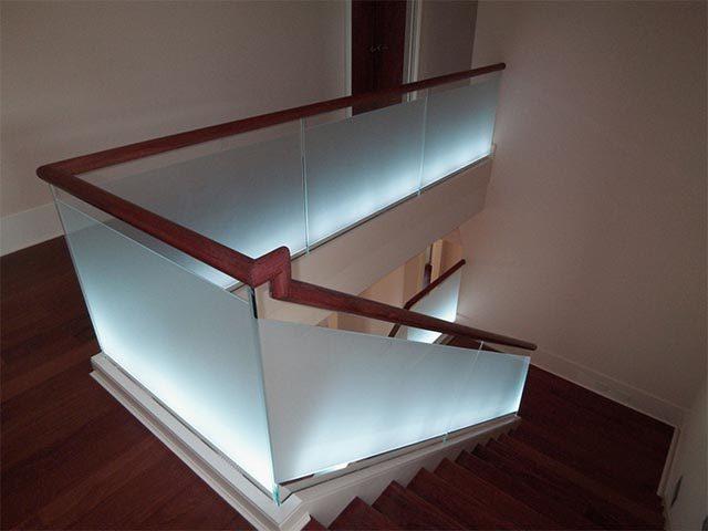Лестница со стеклянными ограждениями с подсветкой