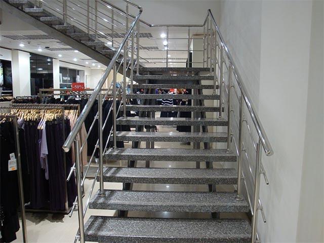 Металлическая лестница для магазина