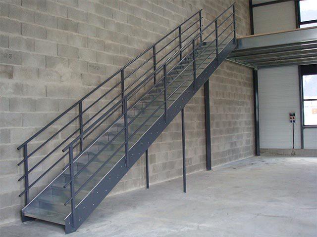 Металлическая лестница на улице