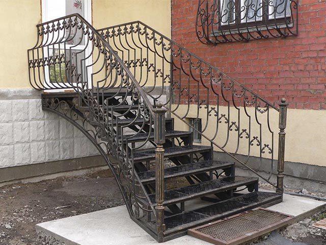 Металлическая лестница с элементами ковки на улице