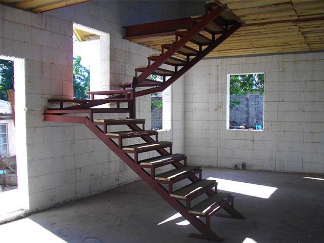 Металлическая лестница в частном доме