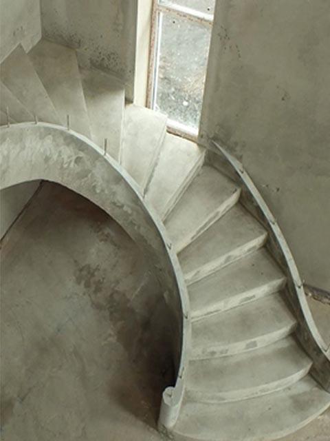Монолитная лестница с забежными ступенями