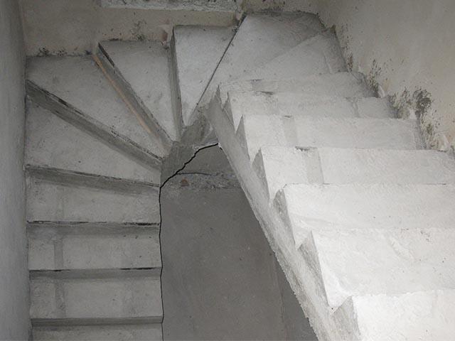Нанять работников залить бетонную лестницу