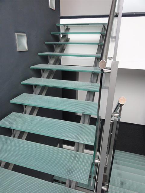 Рассчитать лестницу из стекла и металла