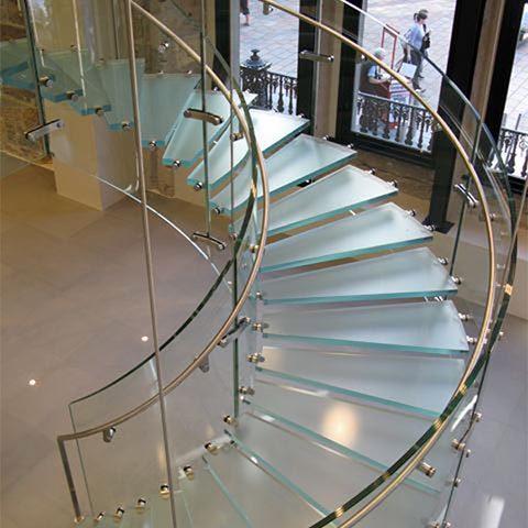 Стеклянная винтовая лестница с поворотом