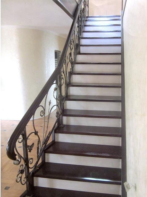 Стоимость монолитной лестницы на второй этаж