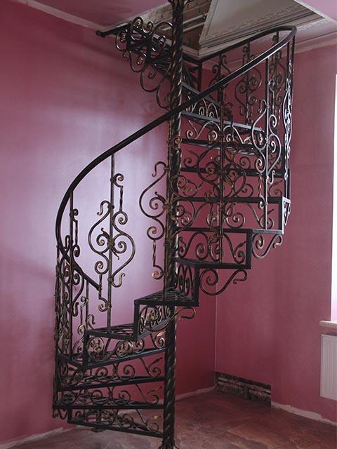 Винтовая металлическая лестница с элементами ковки