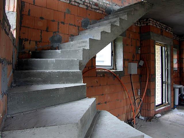 Г-образная бетонная лестница с забежными ступенями