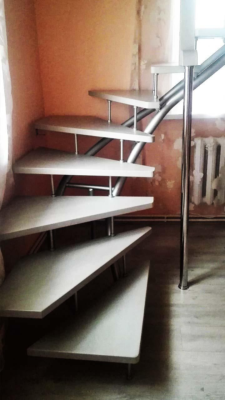 Лестница ласточка на второй этаж на дачу
